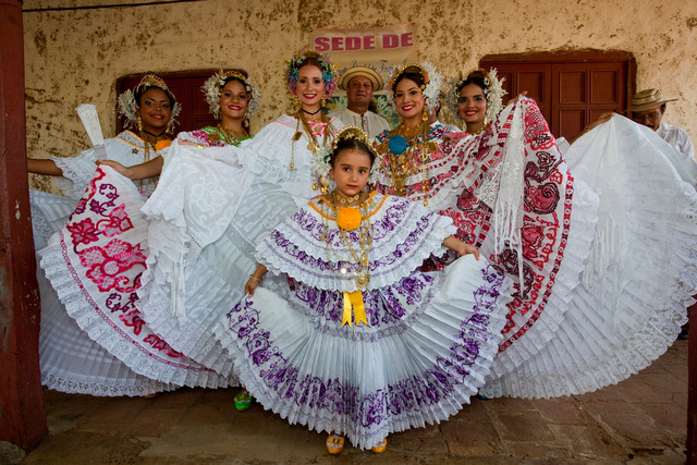 Los Santos Pollera women