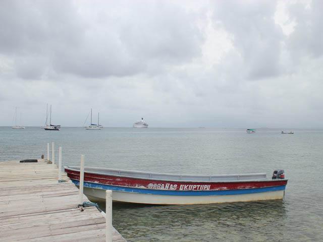 cabanas-ukuptupu-san-blas-islands-panama-beach-canoa-boat