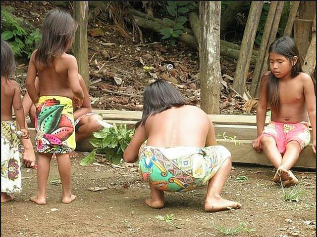 embera-village-day-tour-panama-girls-playing