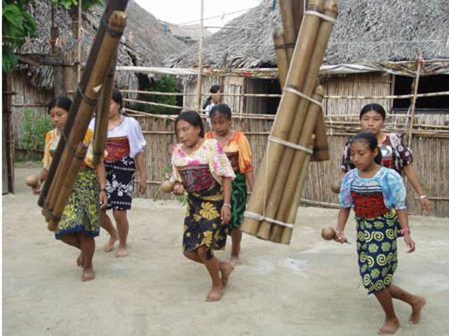 isla-aguja-san-blas-islands-panama-kuna-dance