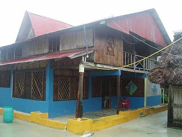 kuna-niskua-lodge-san-blas-islands-panama-typical-house