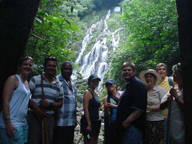 panama-el-valle-day-tour-group-in-the-waterfalls
