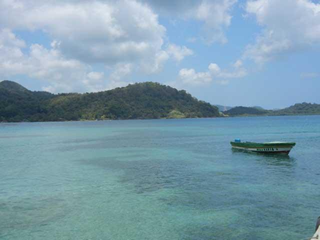 panama-tour-portobelo-isla-grande-boat-in-shallow-water-sml