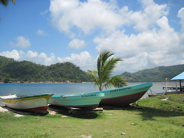 panama-tour-portobelo-isla-grande-boats-on-beach-day-tour