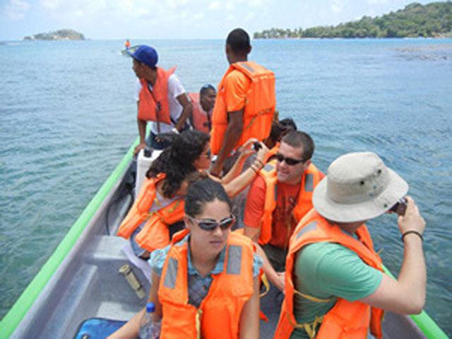 panama-tour-portobelo-isla-grande-tourist-shot-sml