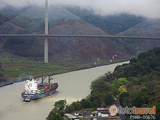 Barco carguero atravesando el estrecho del Corte Culebra o Gaill