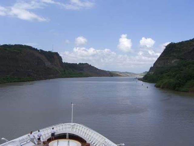 panama-Canal-Transit-Tour-Entering-the-Galliard-Cut