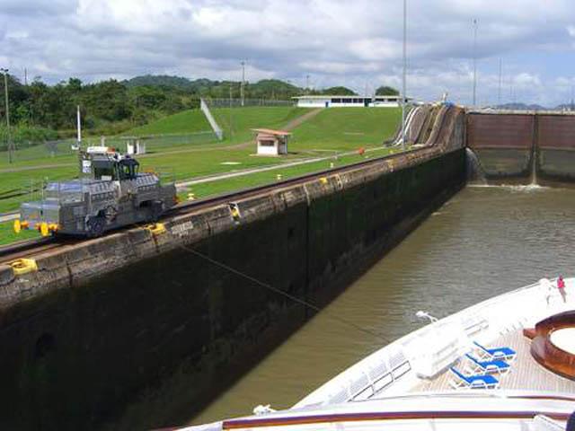 panama-Canal-Transit-Tour-Miraflores-Tug