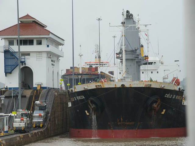 panama-Canal-Transit-Tour-The-freighter-enters-Pedro-Miguel-locks