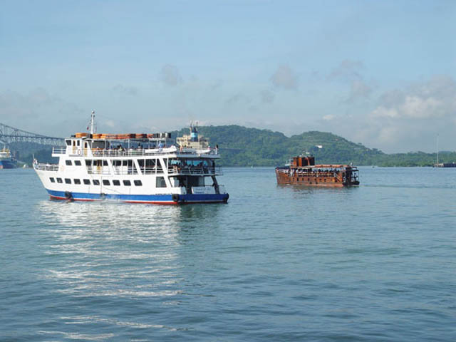 panama-Canal-Transit-Tour-boats