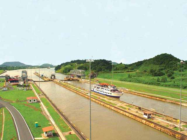 panama-Canal-Transit-Tour-in-the-canal