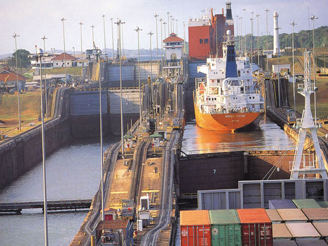 panama-Canal-Transit-Tour-into-the-canal