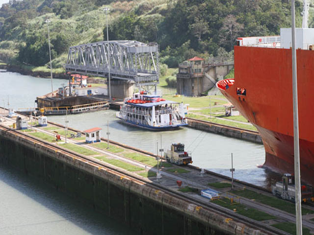 panama-Canal-Transit-Tour-ships-in-the-canal
