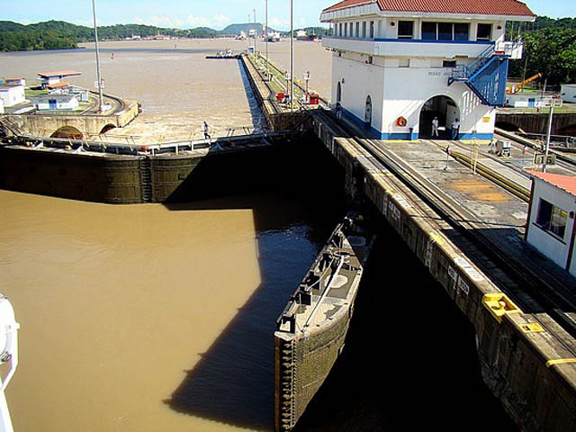 panama-Canal-Transit-Tour-welcome-to-pedro-miguel-locks