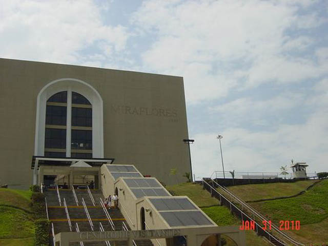 panama-city-day-tour-Miraflores-Locks-at-Panama-Canal