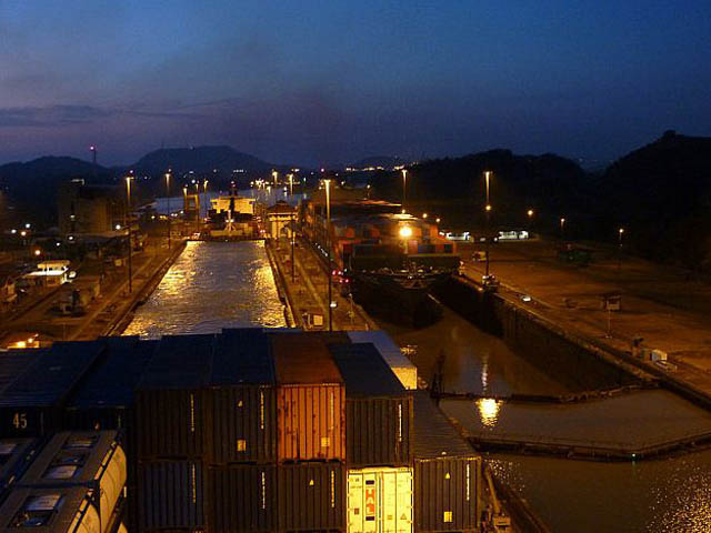 panama-city-day-tour-Miraflores-Locks