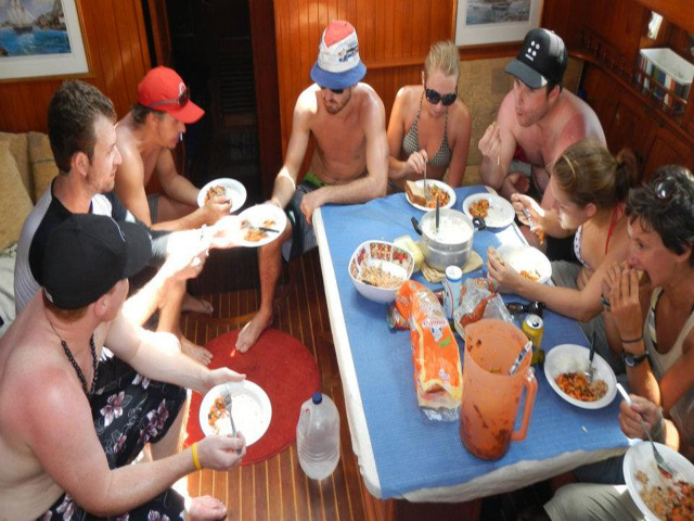 Sailing-Panama-Cartagena-San-Blas-black-df-lunch-time