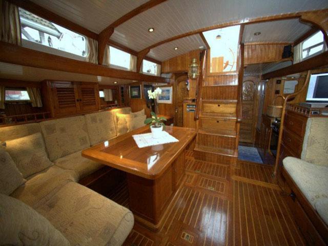 Sailing-Panama-Cartagena-San-Blas-black-living-room