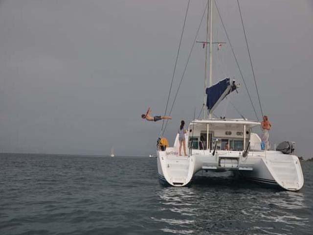 Sailing-Panama-Cartagena-San-Blas-buon-vento-jump