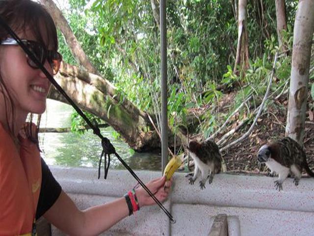 panama-Canal-Jungle-Day-Tour-canoe-monkeys