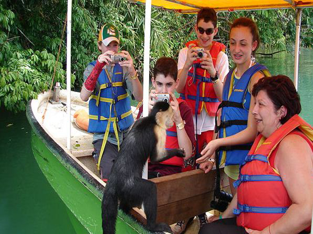 panama-Canal-Jungle-Day-Tour-canoe