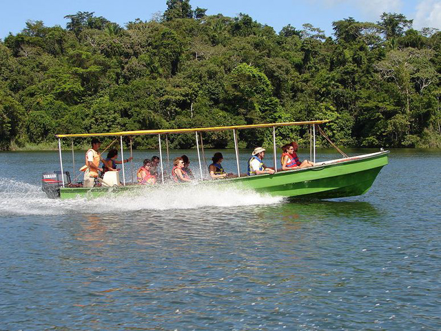 panama-Canal-Jungle-Day-Tour-fast-boat