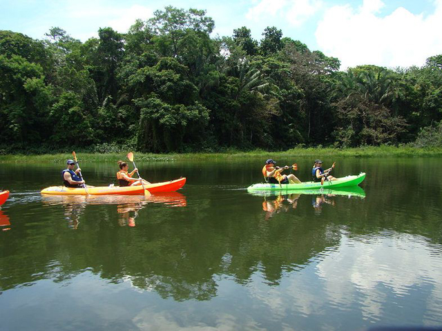 panama-Canal-Jungle-Day-Tour-kayaking