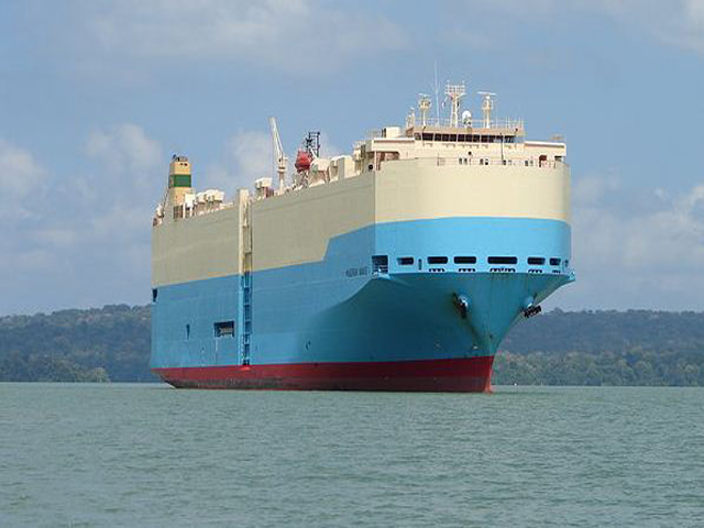panama-Canal-Jungle-Day-Tour-ship-into-canal