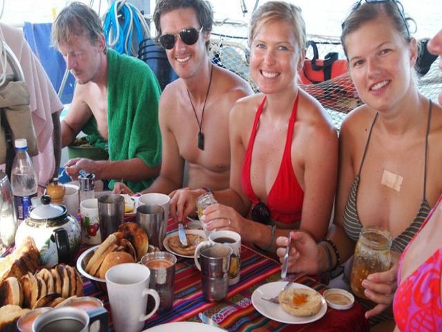 Sailing-Panama-Cartagena-San-Blas-breakfast-time