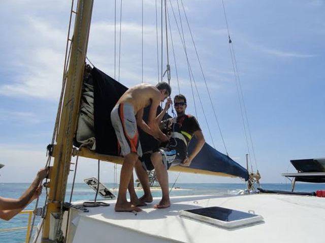 Sailing-Panama-Cartagena-San-Blas-going-to-the-mast