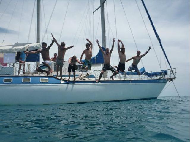 Sailing-Panama-Cartagena-San-Blas-luka-jump!