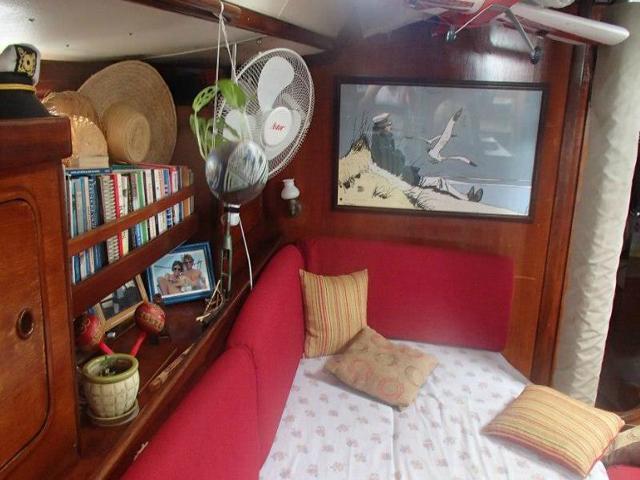Sailing-Panama-Cartagena-San-Blas-saloon