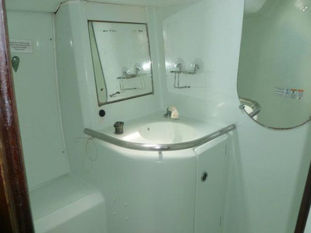 Sailing-Panama-Cartagena-San-Blas-windsurfer-bathroom2