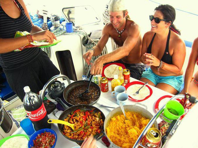 Sailing-Panama-Cartagena-San-Blas-windsurfer-lunch-time