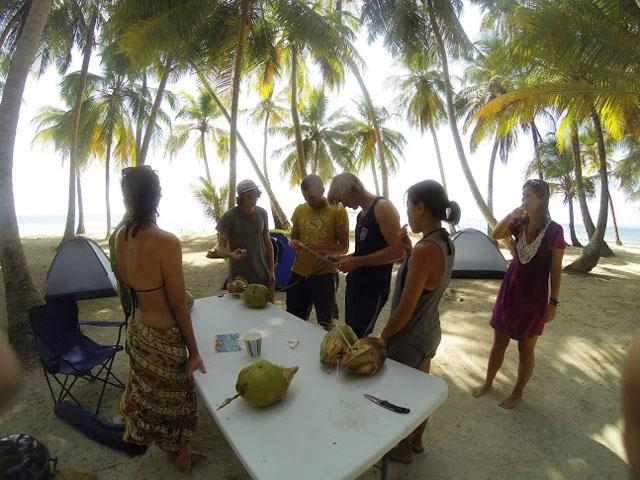 san-blas-islands-panama-camping-tour-cutting-cocos