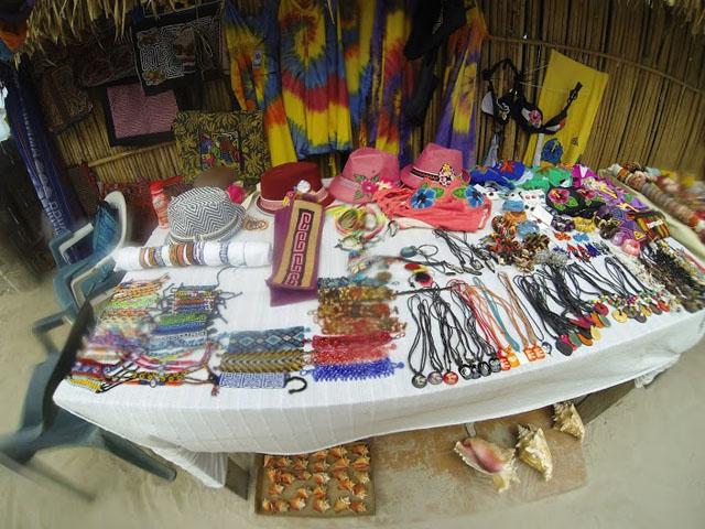 san-blas-islands-panama-camping-tour-handcrafts